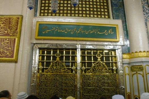 interior da mesquita com o portão do túmulo de Maomé